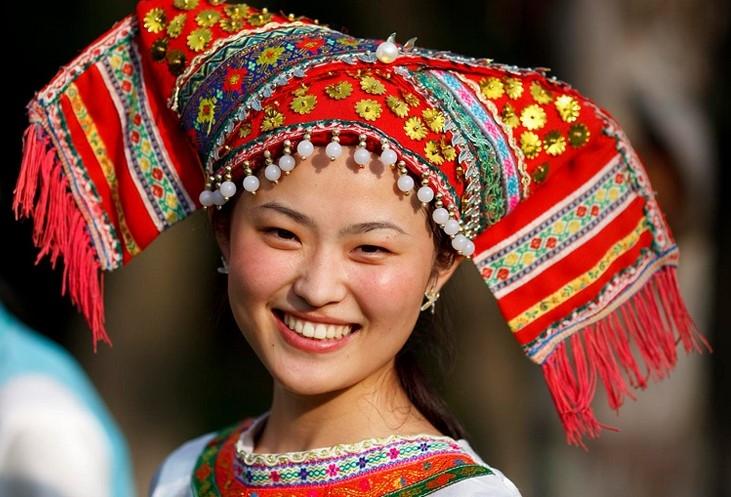 Cô gái Choang với chiếc khăn đội đầu màu sắc rự rỡ