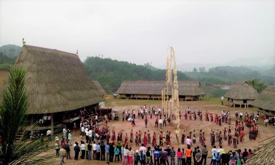 Không gian kiến trúc làng của người Cơ Tu ở huyện Tây Giang. Ảnh Pơloong Plênh
