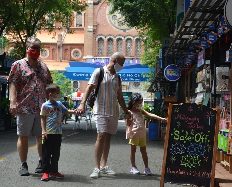 Đến tham quan Đường sách trong ngày đầu hoạt động trở lại có không ít du khách nước ngoài.