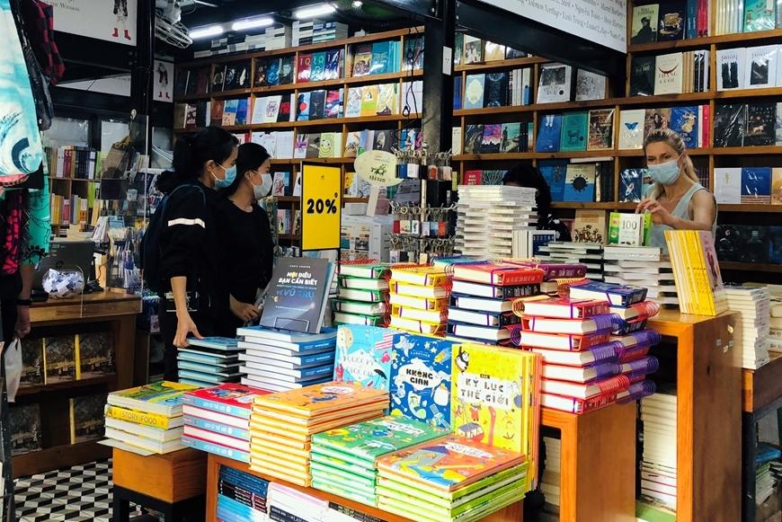 Bạn đọc tham quan, tìm mua sách tại các gian hàng