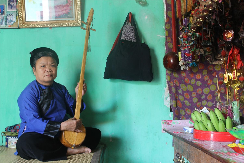 Bà Đàm Thị Mùi tại xã Hương Sơn (Lạng Giang) thực hành nghi lễ then