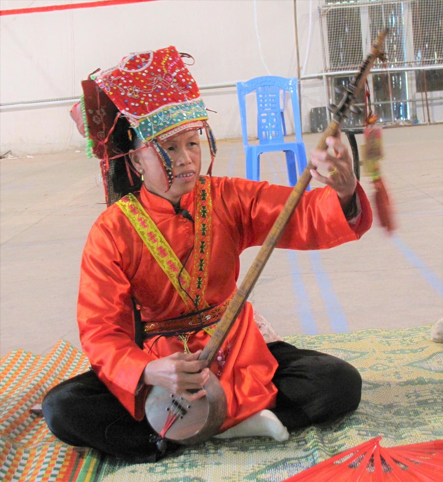 Nghệ nhân Ưu tú Chu Thị Hồng Vân, thôn Hố Cao, xã Hương Sơn huyện Lạng Giang thực hành nghi lễ then.