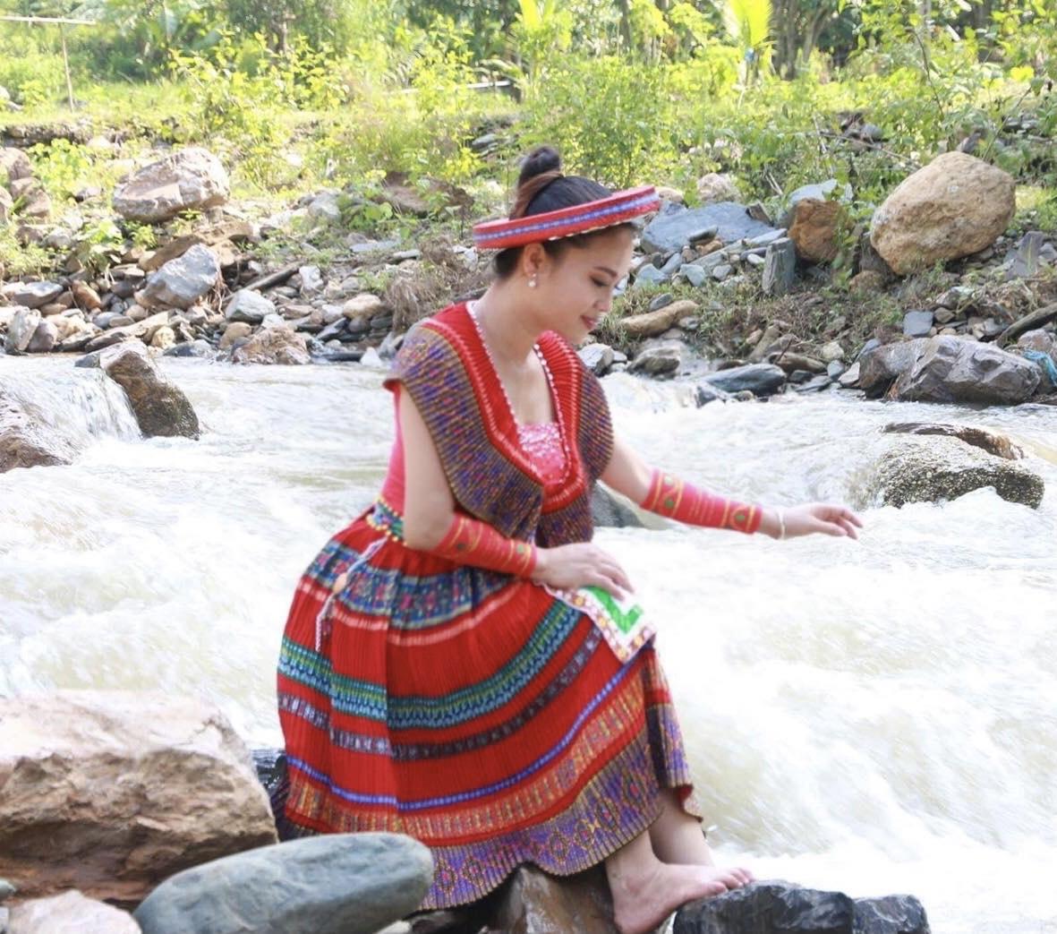 NSƯT Hải Yến hóa thân thành cô gái dân tộc Mông cất lên lời ca ngọt ngào bên suối