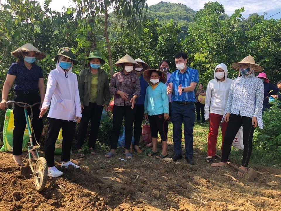 Cán bộ khuyến nông hướng dẫn người dân kỹ thuật trong nông nghiệp