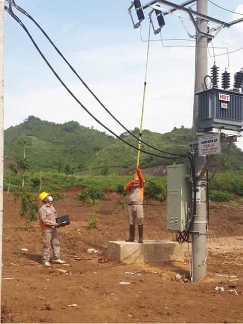 Công nhân Điện lực Sông Mã thực hiện đóng điện vào trạm biến áp Ten Ư