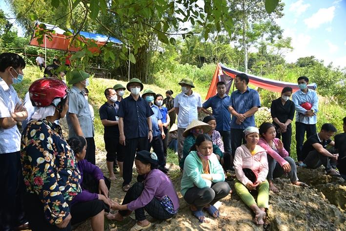 Phó Bí thư Thường trực Tỉnh ủy, Chủ tịch HĐND tỉnh Hà Giang Thào Hồng Sơn cùng lãnh đạo huyện Bắc Mê trực tiếp có mặt tại hiện trường, chỉ đạo tìm kiếm