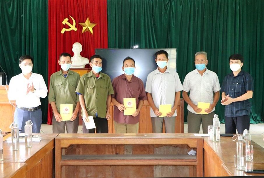 Phó trưởng Ban Dân vận Tỉnh ủy Thanh Hóa Nguyễn Quốc Thanh (ngoài cùng bên phải) tặng quà Người có uy tín xã Hiền Kiệt, huyện Quan Hóa