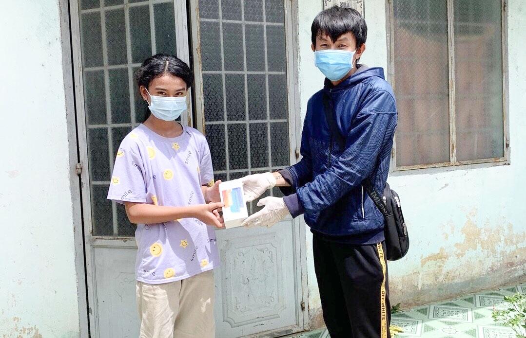 Thầy giáo Trường PTDTNT tỉnh Bà Rịa-Vũng Tàu trao điện thoại thông minh cho học sinh